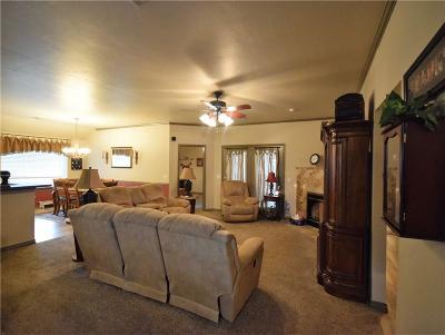 Edmond Single Family Home For Sale: 136 E Kings Court