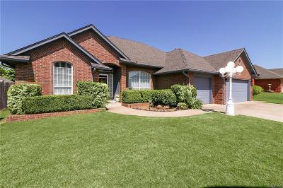 Midwest City Single Family Home For Sale: 676 Crescent Circle