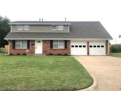 Moore Single Family Home For Sale: 801 Penn