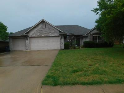 Canadian County, Oklahoma County Single Family Home For Sale: 725 Crescent Circle