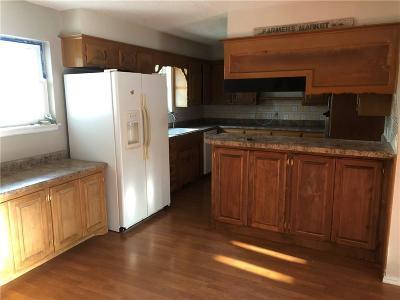 Harrah Single Family Home For Sale: 902 Hampton Road