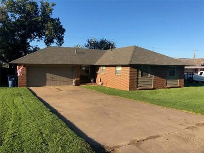 Chickasha Single Family Home For Sale: 17 Morrow Drive