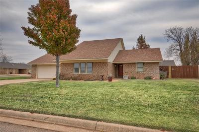 Elk City Single Family Home For Sale: 220 Cypress
