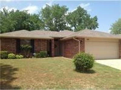 Edmond Single Family Home Pending: 905 Valley Court