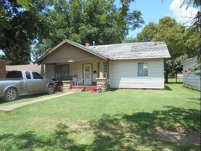 Lindsay Single Family Home For Sale: 706 W Chickasaw