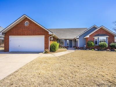 Edmond Single Family Home For Sale: 800 Adams Trail
