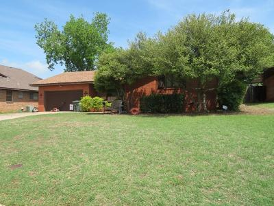 Clinton OK Single Family Home For Sale: $125,900