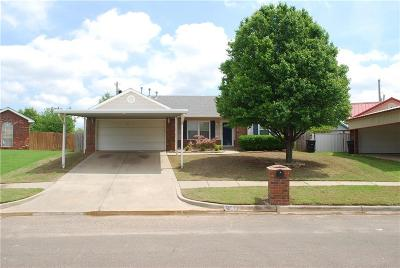 Moore Single Family Home For Sale: 853 Camelot