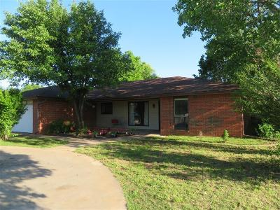 Clinton OK Single Family Home For Sale: $138,500