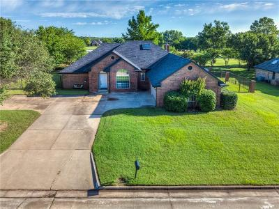 Shawnee Single Family Home For Sale: 2304 Lakeside Circle