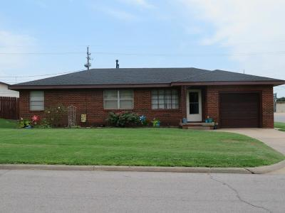 Clinton OK Single Family Home For Sale: $69,000