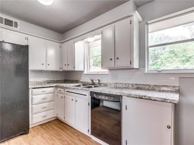 Moore Single Family Home For Sale: 129 S Dallas Avenue