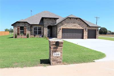 Single Family Home For Sale: 104 Hennessey