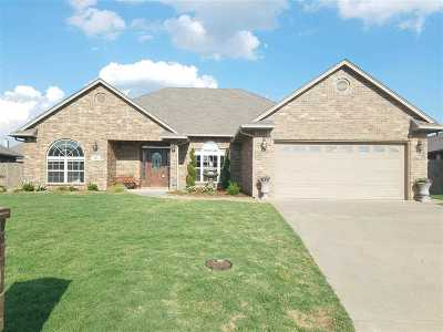 Single Family Home For Sale: 813 Bobcat