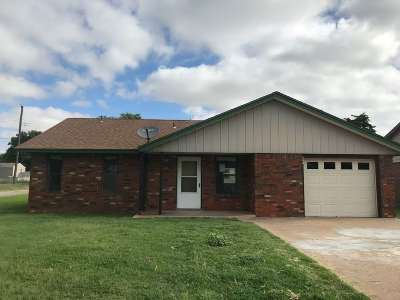 Single Family Home For Sale: 202 E Pottawatomie