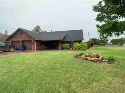 Single Family Home For Sale: 526 N Oak