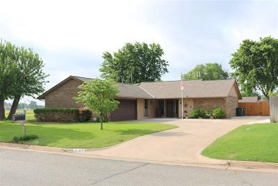 Single Family Home For Sale: 2701 Oakridge