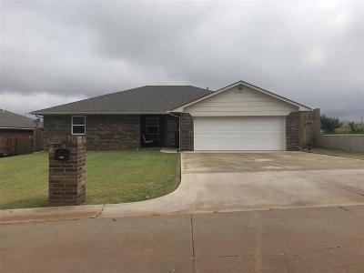 Single Family Home For Sale: 916 Lakeridge Dr