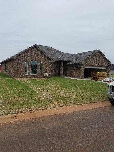 Elgin Single Family Home For Sale: 1614 NE White Rock Dr