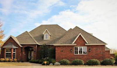 Lawton Single Family Home For Sale: 611 NW Micklegate Blvd