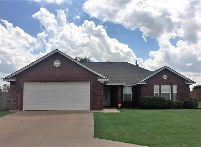 Comanche County Single Family Home For Sale: 824 NW Hilltop Dr
