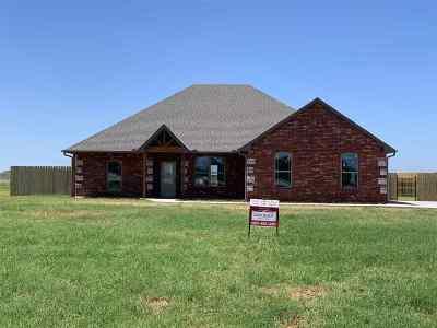 Elgin Single Family Home For Sale: 405 NE Sanders Dr