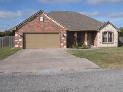 Elgin Single Family Home Under Contract: 109 NE Blackberry Rd