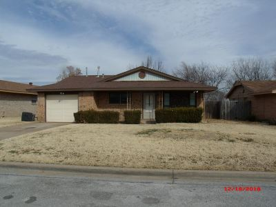 Lawton Single Family Home Under Contract: 5721 NW Chestnut Ln