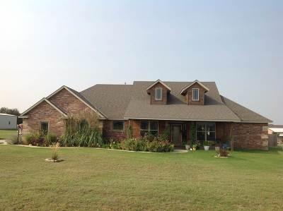 Elgin Single Family Home For Sale: 140 NW Sumner Dr