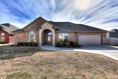 Lawton Single Family Home Under Contract: 7010 SW Angelwood Dr
