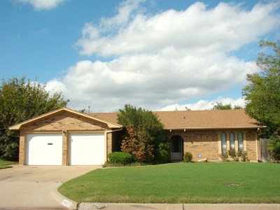 Lawton Single Family Home Under Contract: 7205 NW Sprucewood Dr