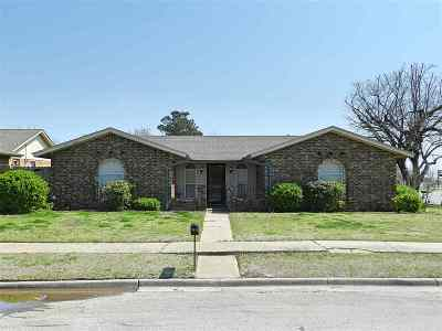 Lawton Single Family Home Under Contract: 7212 NW Kingsbury Ave