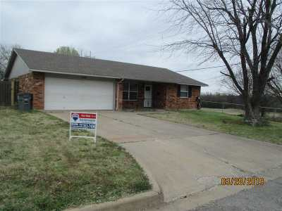 Lawton Single Family Home Under Contract: 7501 NW Palomino Dr