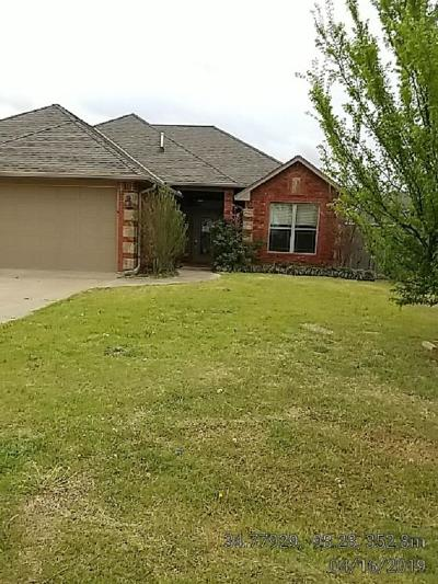 Elgin Single Family Home Under Contract: 1505 NE Stonehouse Dr
