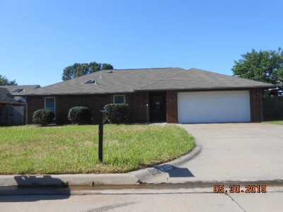 Lawton Single Family Home Under Contract: 4827 SE Brown Ave