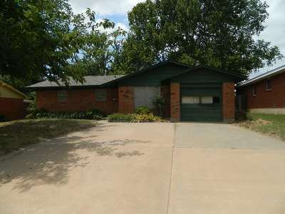 Comanche County Single Family Home For Sale: 414 NW 69th St
