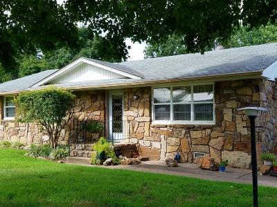 Grove Single Family Home For Sale: 114 N Delaware St