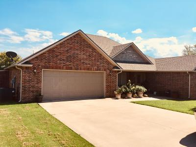 Grove Single Family Home For Sale: 1704 Estates Dr