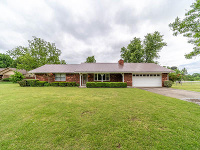Vinita Single Family Home For Sale: 1523 E Country Club Dr