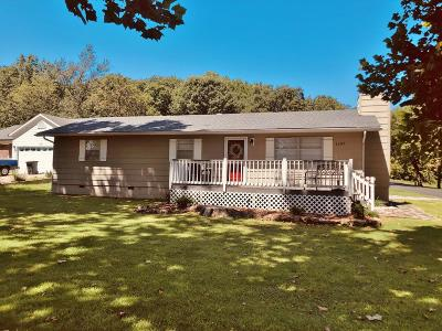 Grove Single Family Home For Sale: 1107 Dogwood Dr
