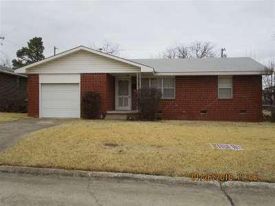 Single Family Home For Sale: 13 NE Hillcrest