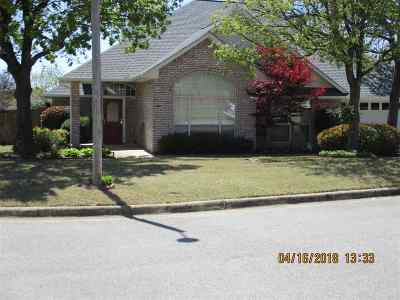 Single Family Home For Sale: 900 Oak Tree Drive