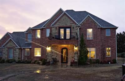 Single Family Home For Sale: 605 Pinehurst