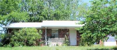 Single Family Home For Sale: 600 NW Mistletoe