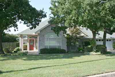 Single Family Home Pending: 900 Oak Tree Drive