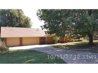 Tulsa Single Family Home For Sale: 8363 Meadowside Lane