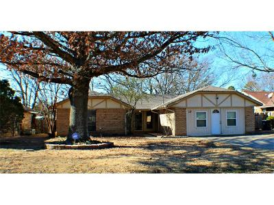 Single Family Home For Sale: 117 S Hillcrest Street
