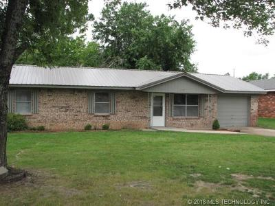 Coweta Single Family Home For Sale: 821 N Orcutt Street