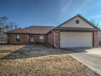 Okmulgee County Single Family Home For Sale: 1201 S Green Willow Road