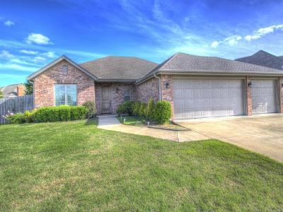 Bartlesville Single Family Home For Sale: 404 N Park Hill Loop